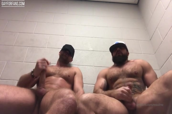 Jerking off with a friend in the gym changeroom - Rossilino
