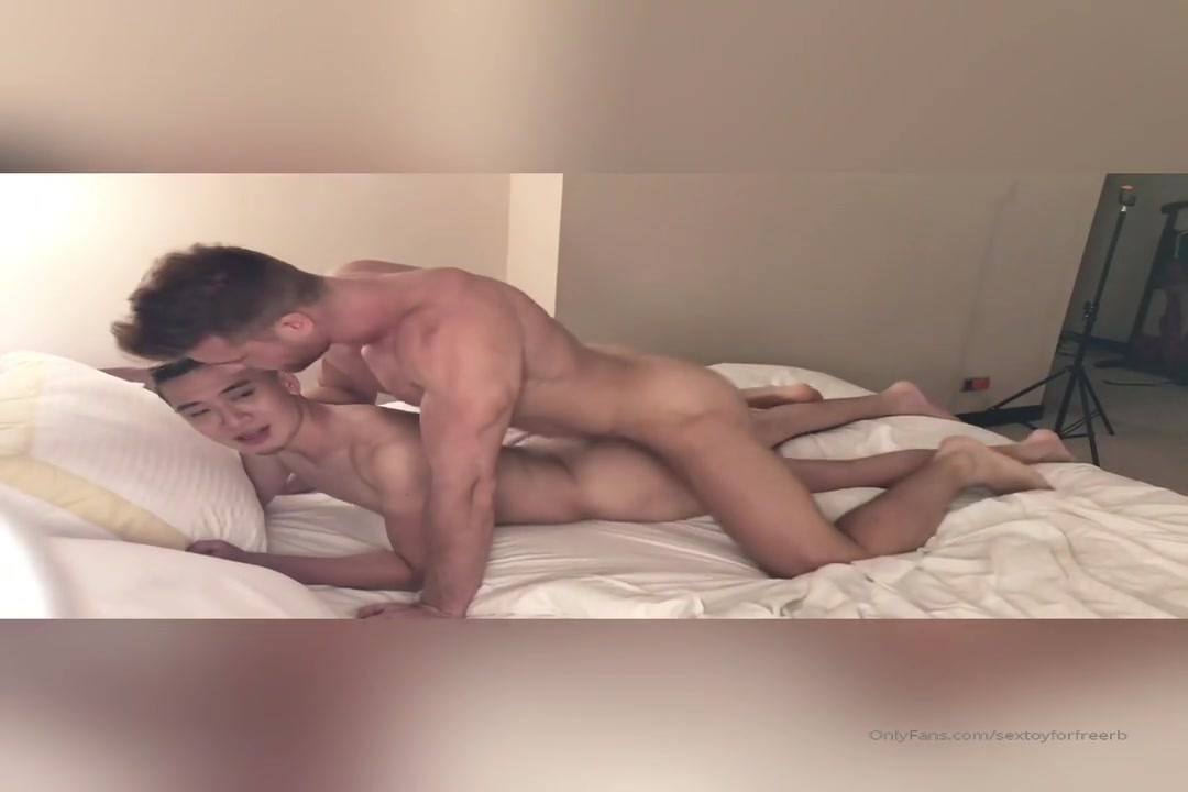 Small Chinese guy getting fucked by muscular Polish guy