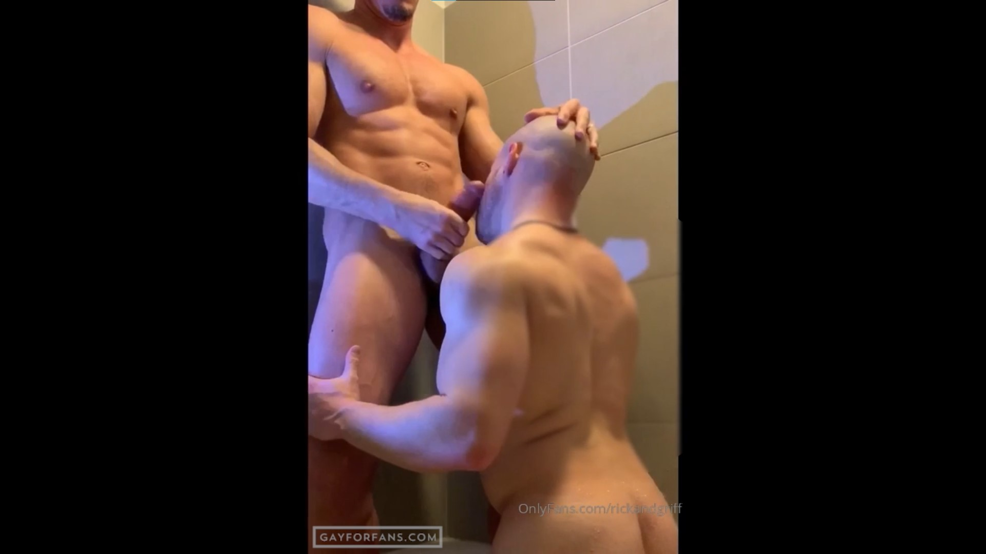 Quick blow job in the shower - RickandGriff