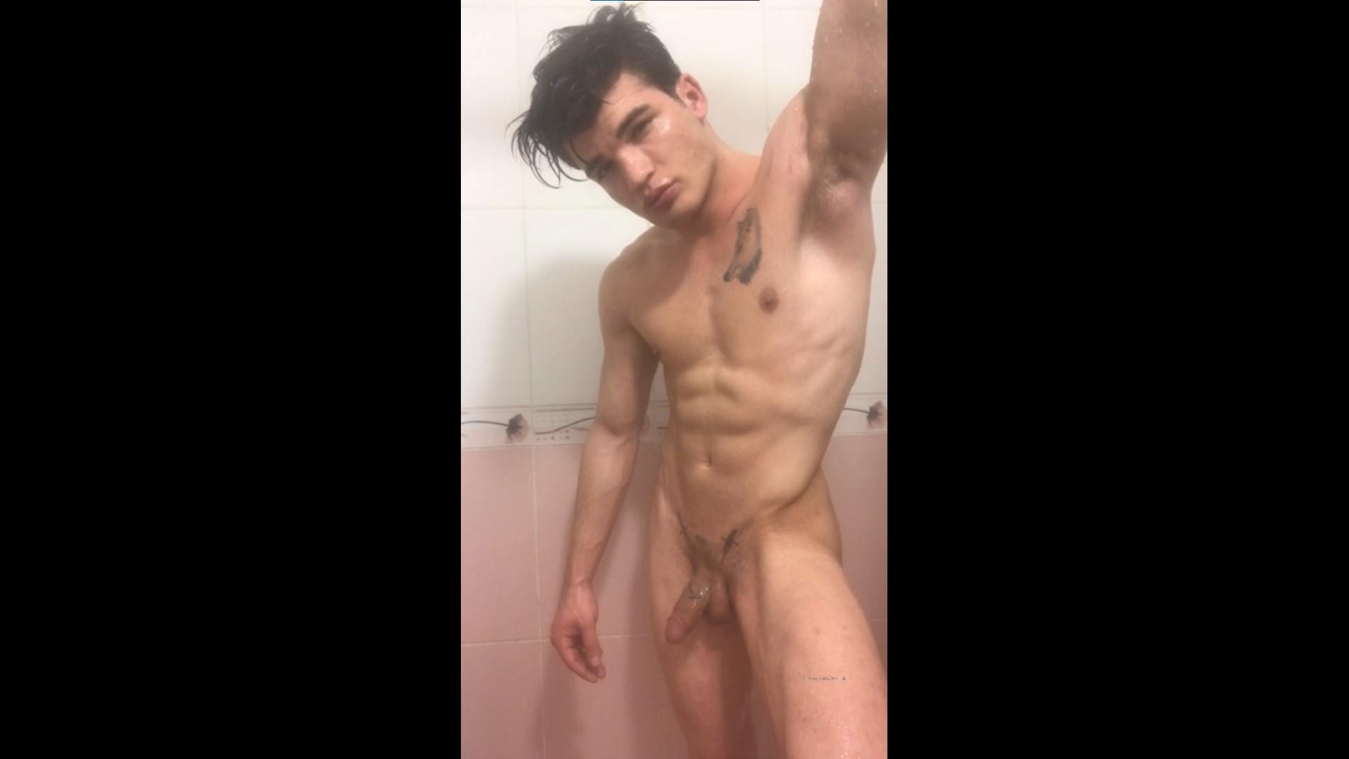 Showing off my naked body in the shower - Kurtdövmeli