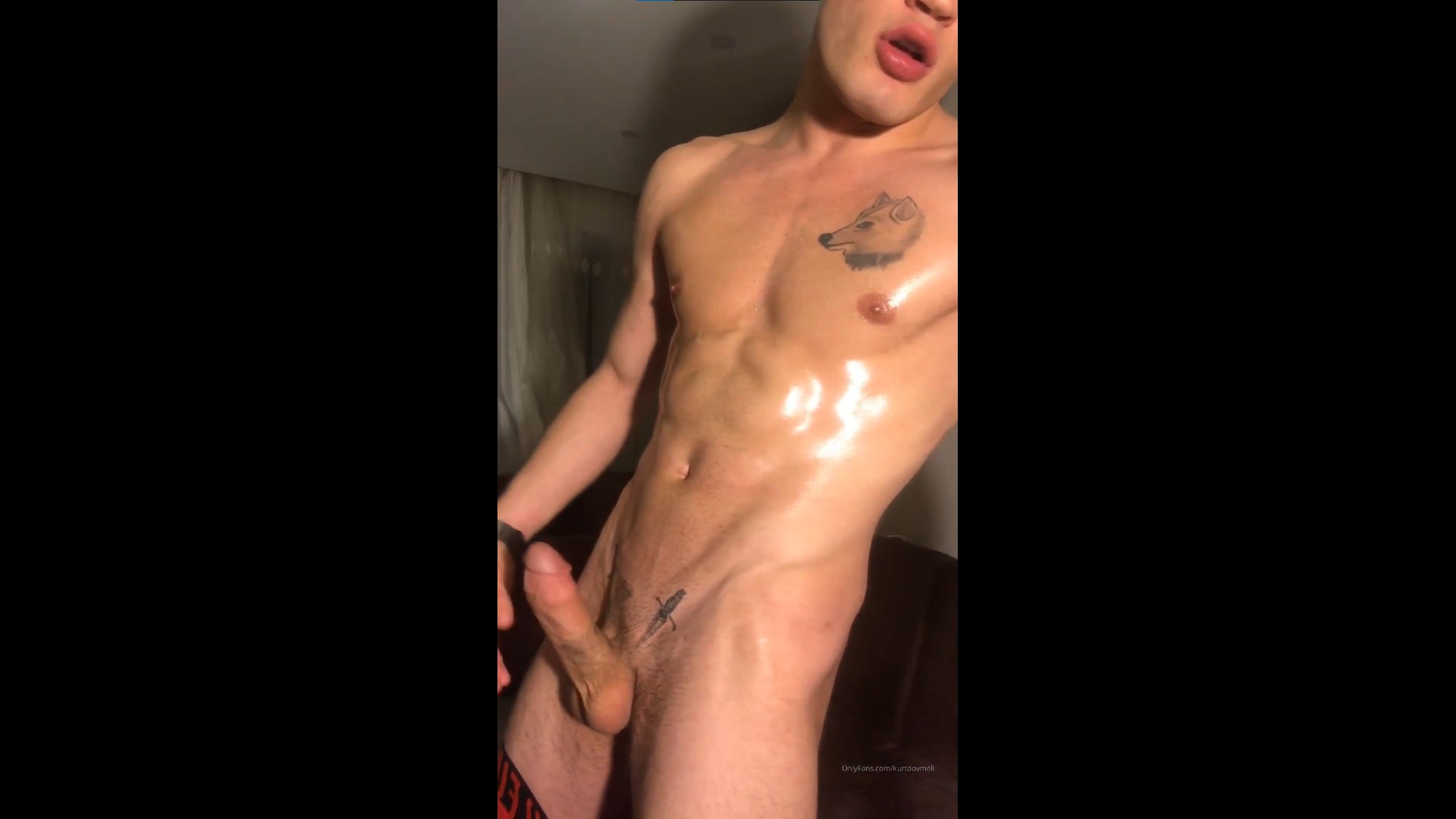 Watching porn and cumming over my oiled up body - Kurtdövmeli