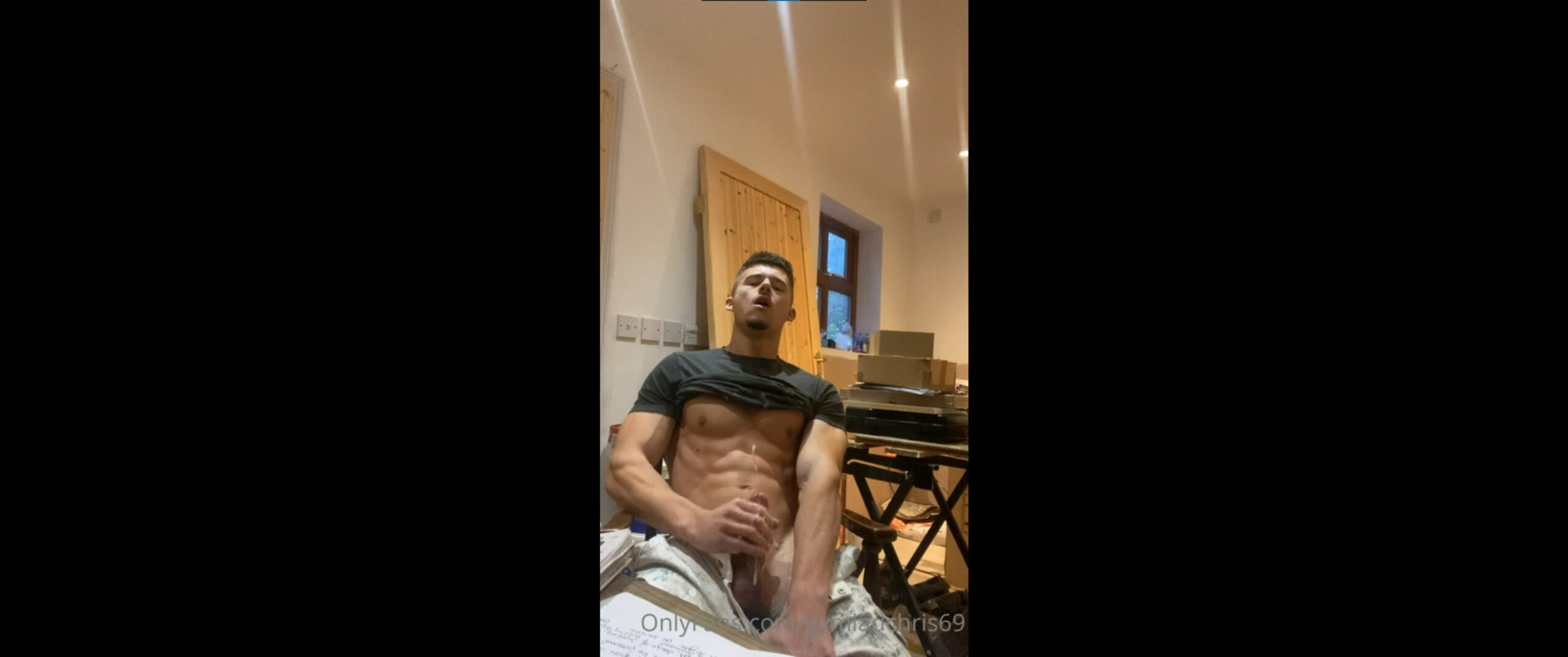 Jerking off while at work - gymladchris69